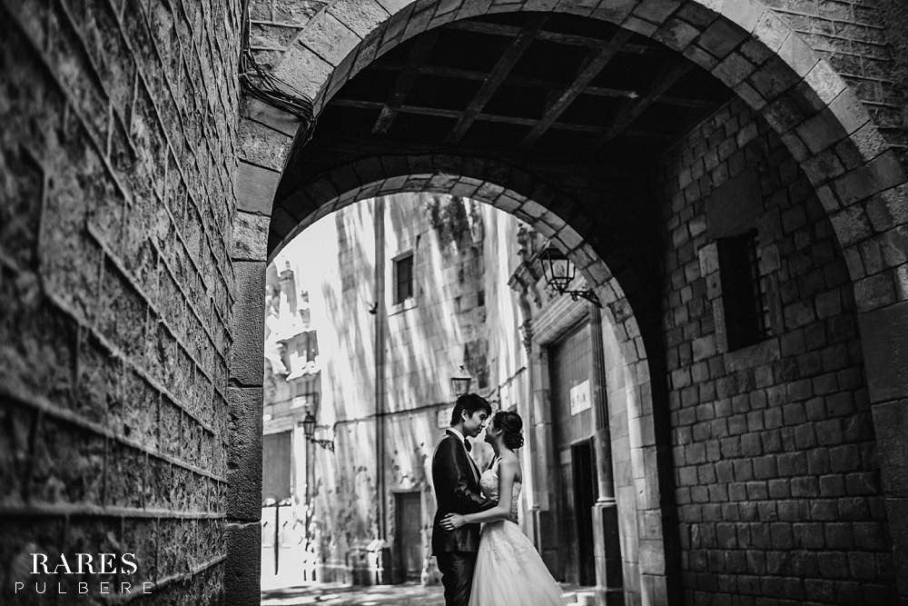 Barcelona prewedding photographer gothic quarter